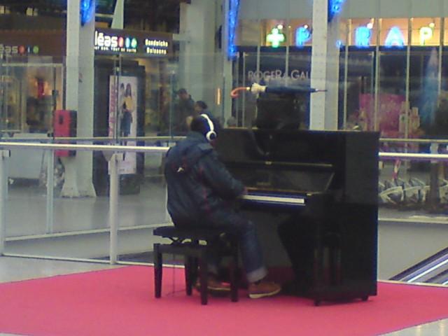 Klavierspieler im Pariser Gare de Lyon
