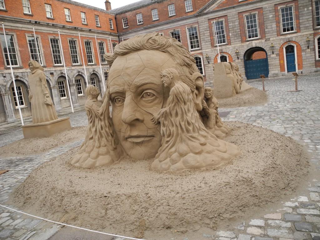 Faszinierende Kunst aus Sand im Hof des Dublin Castle...