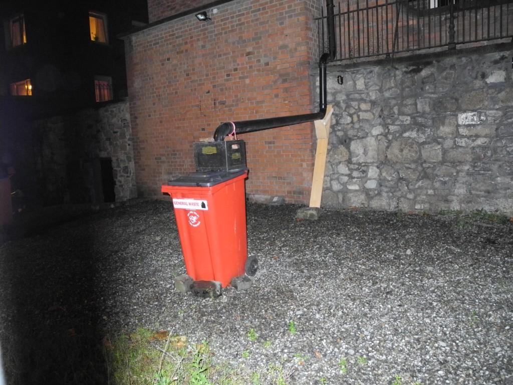 Mülltonne mit Regenrohr