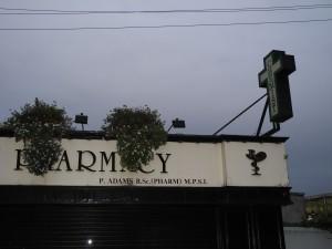 """Ein eher untypisches """"Pharmacy""""-Schild: tendenziell sind es eher blinkende grüne Leuchtbuchstaben, oft mit dem Zusatz """"Late Night Pharmacy""""."""